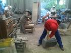 彫刻では木を彫ったり石を削ったり